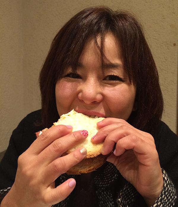 サンドイッチ食べる